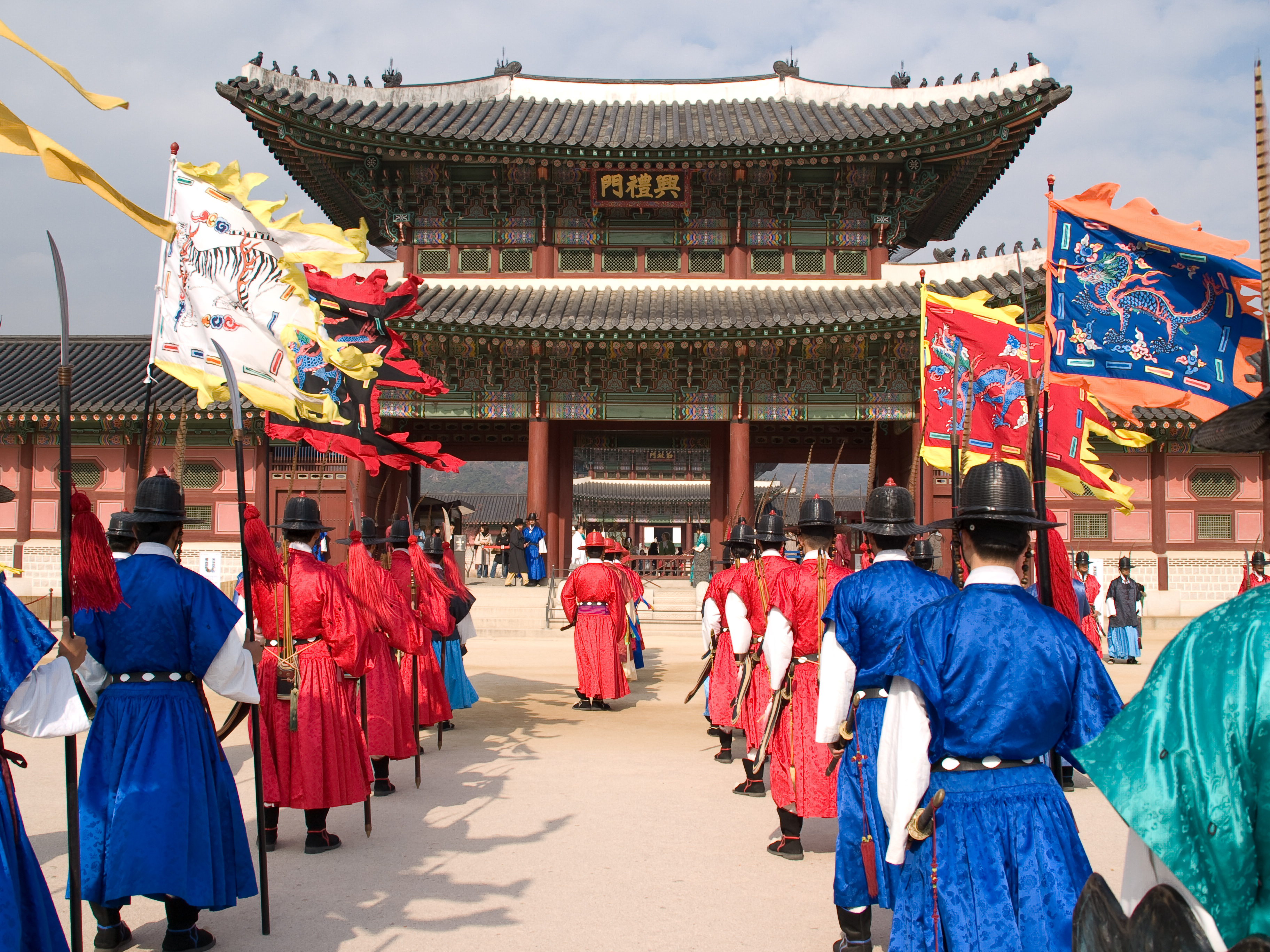 changing of the guard at the palace in south korea