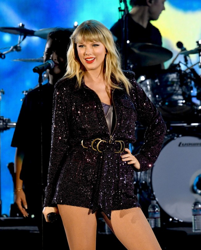 Taylor-Swift-Sexy-Leg