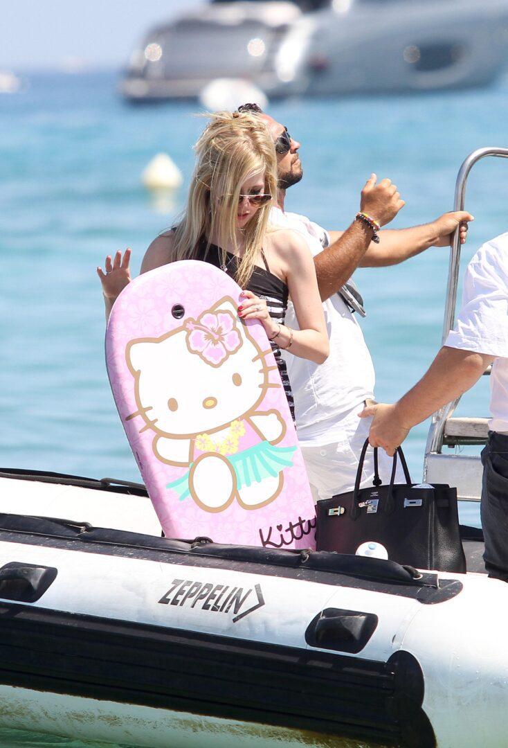 Avril-Lavigne-Bikini