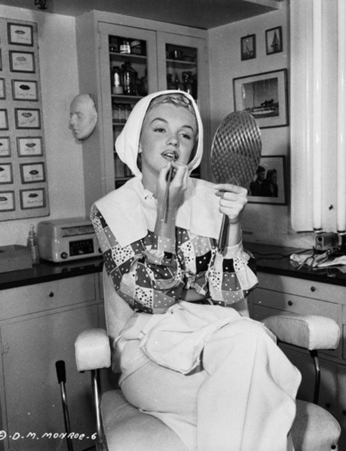 Celebrities 3 Marilyn-Monroe-in-her-make-up-room